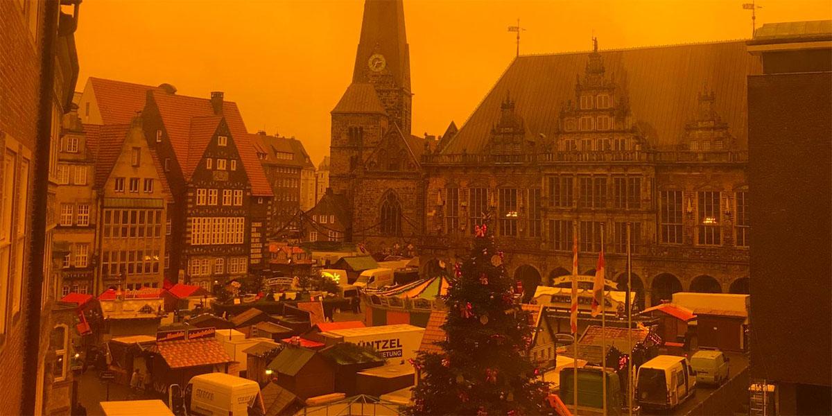 Der Bremer Marktplatz in Orange als Zeichen gegen Gewalt gegen Frauen